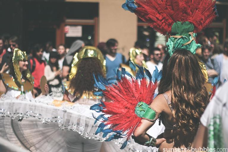 instagram-specialist-photographer-travelphotography-carnaval-kulturen-berlin-germany-girl-feathers