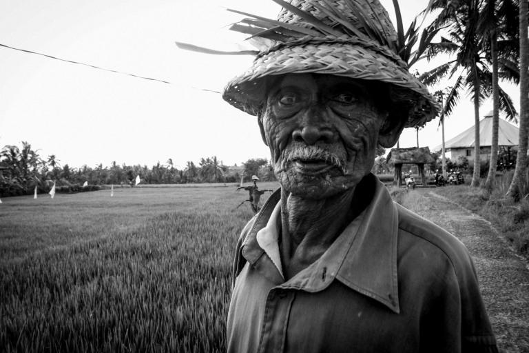 instagram-photographer-travel-specialist-blogger-bali-man-blackandwhite-ricepaddies-worker