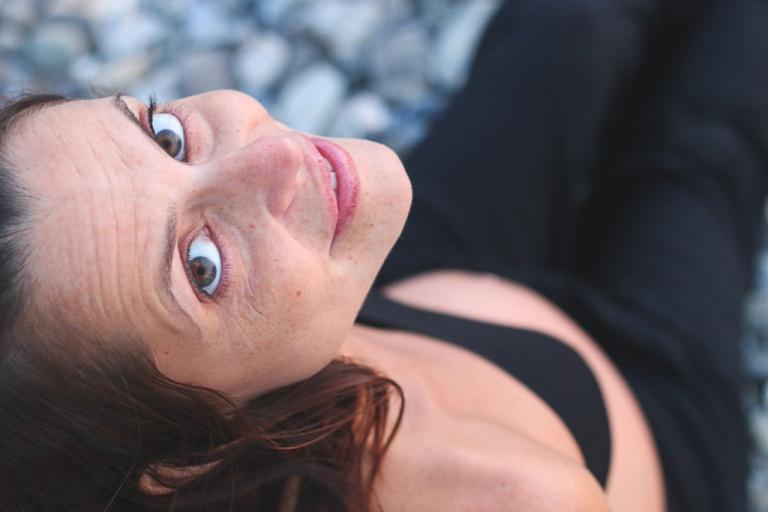 instagram-photographer-specialist-portait-pregnant-girl-beach
